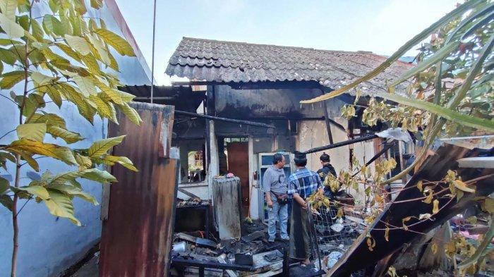 Puing-puing sisa kebakaran di rumah warga Perumahan Taman Marchelia, Blok B, Nomor 179, RT 002/ RW 009, Kelurahan Taman Baloi, Kecamatan Batam Kota, Batam, Kepulauan Riau, Kamis (4/3/2021)