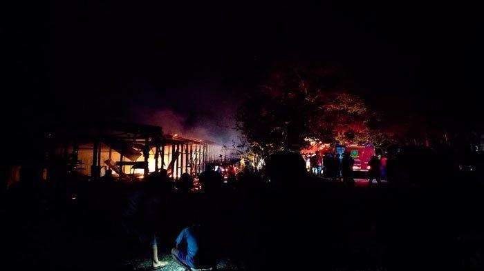 KEBAKARAN DI NATUNA - Sejumlah warga memadati lokasi kebakaran di RT 001 RW 005 Kelurahan Ranai Kota, Kecamatan Bunguran Timur, Kabupaten Natuna, Provinsi Kepri, Kamis (1/7) malam.