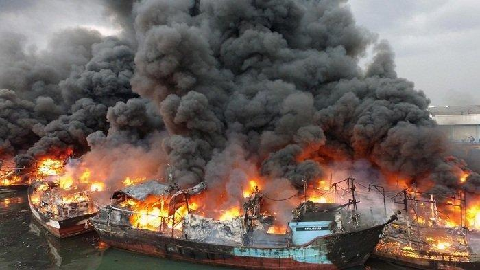 15 Perahu Nelayan Terbakar, Empat unit Mobil Damkar Dikerahkan Padamkan Api