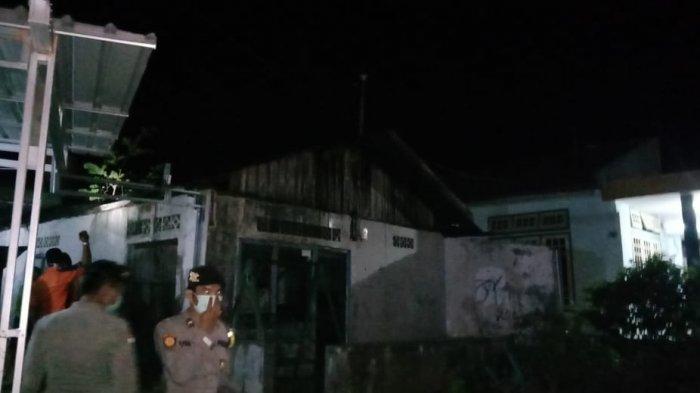 Anggota Polsek Bintan Timur Selidiki Penyebab Kebakaran Paviliun Rumah Warga di Kampung Pisang