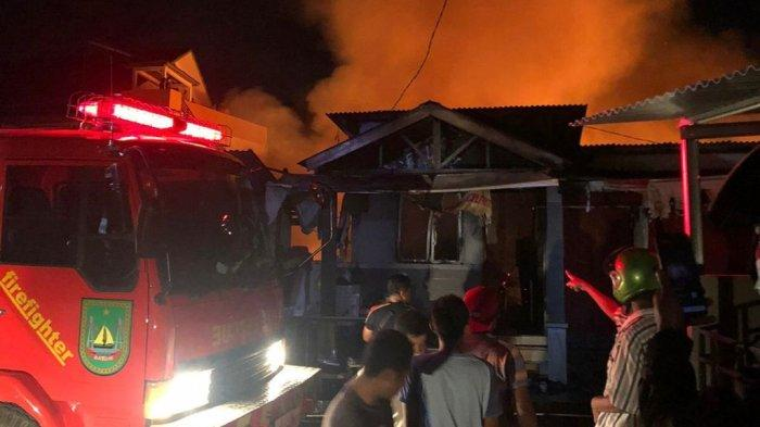 Ratusan Warga yang Rumahnya Terbakar Malam Ini Menginap di Tenda Darurat yang Disediakan Pemerintah