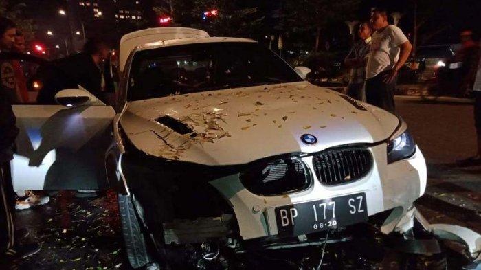 KECELAKAAN DI BATAM - Hancur Bagian Depan, BMW Putih Alami Kecelakaan di Jodoh, Begini Kronologinya