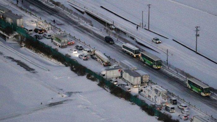 134 mobil terlibat kecelakaan beruntun di jalan tol Tohoku, prefektur Miyagi, Jepang, pada Selasa (19/1/2021). Kecelakaan terjadi di tengah badai salju yang membatasi jarak pandang. (KYODO NEWS/YUTA OMORI via AP)