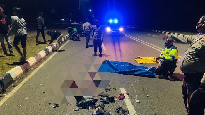 KECELAKAAN DI TANJUNGPINANG - Unit Laka Satlantas Polres Tanjungpinang saat mengevakuasi korban kecelakaan di Tanjungpinang di jalan Dompak, Sabtu (12/12) sekira pukul 23.30 WIB.