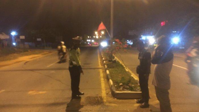 Personel Satlantas Polres Tanjungpinang di lokasi kecelakaan yang dialami dua pengendara sepeda motor di jalan W.R Supratman Km 14 Kota Tanjungpinang, Selasa (29/12).