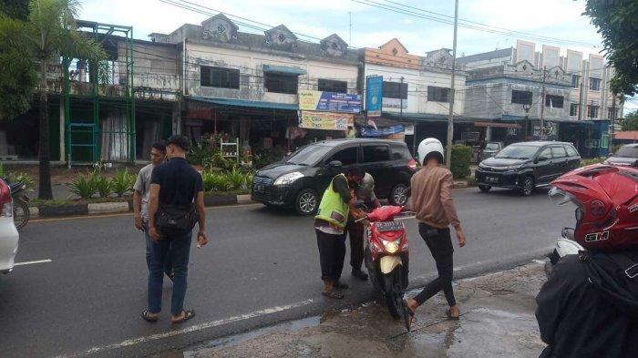 Kecelakaan di Tanjungpinang, Pengendara Motor Jatuh dan Hantam Belakang Mobil