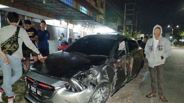 BREAKING NEWS, Mobil Mazda Plat Jakarta Kecelakaan di Tanjungpinang saat Dini Hari. Foto kondisi mobil Mazda 2 yang mengalami kecelakaan di Tanjungpinang, Minggu (28/2/2021) dini hari.