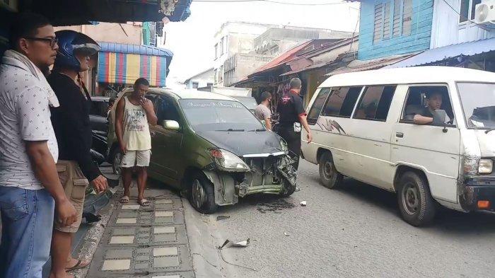 KECELAKAAN Lalu Lintas di Karimun, Minibus Ringsek Hantam Bak Truk