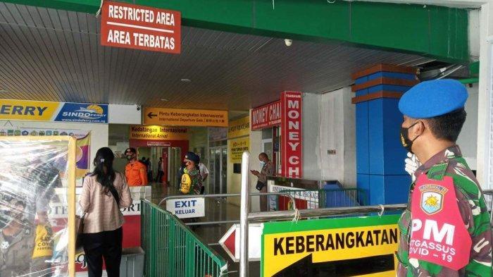 PELABUHAN SRI BINTAN PURA - Personel TNI/Polri berjaga di Pelabuhan Sri Bintan Pura Tanjungpinang menunggu kedatangan ratusan Pekerja Migran Indonesia (PMI) dan WNI Migran Korban Perdagangan Orang, Selasa (11/5/2021).