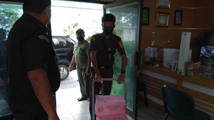 PN TANJUNGPINANG - Perwakilan Kejati Kepri saat melimpahkan berkas 12 tersangka Korupsi Izin Usaha Pertambangan-Operasi Produksi (IUP-OP) tambang Bauksit ke Pengadilan Negeri (PN) Tanjungpinang, Rabu (4/11/2020).