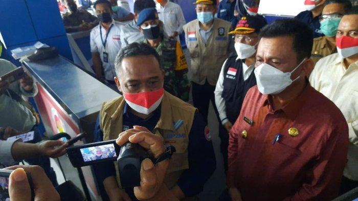 PEKERJA MIGRAN INDONESIA - Kepala Badan Perlindungan Pekerja Migran Indonesia (BP2MI) RI, Benny Rhamdani didampingi Gubernur Kepri Ansar Ahmad saat melihat langsung proses kedatangan PMI di Pelabuhan Sri Bintan Pura, Selasa (11/5/2021).