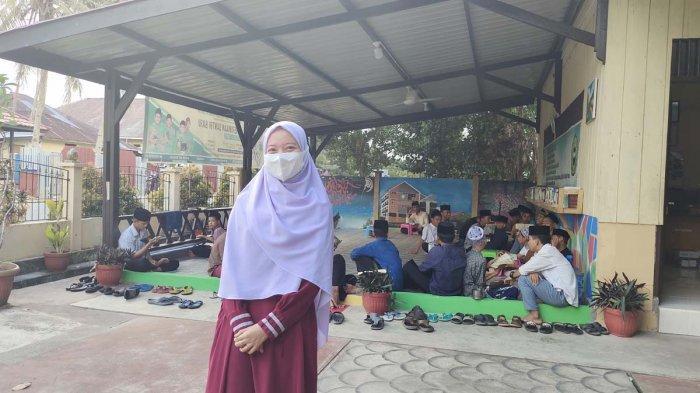 Kepala SMA Pondok Pesantren Tahfidz Baitul Quran, Kecamatan Singkep, Kabupaten Lingga, Encik Rosiana.