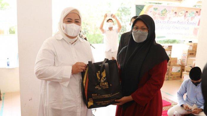 Wagub Kepri Marlin Agustina Serahkan 1.500 Paket Imun Santri