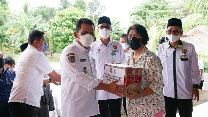 Gubernur Kepri Ansar Ahmad Serahkan Bantuan Paket Logistik, Perbanyak Program Bantu Warga