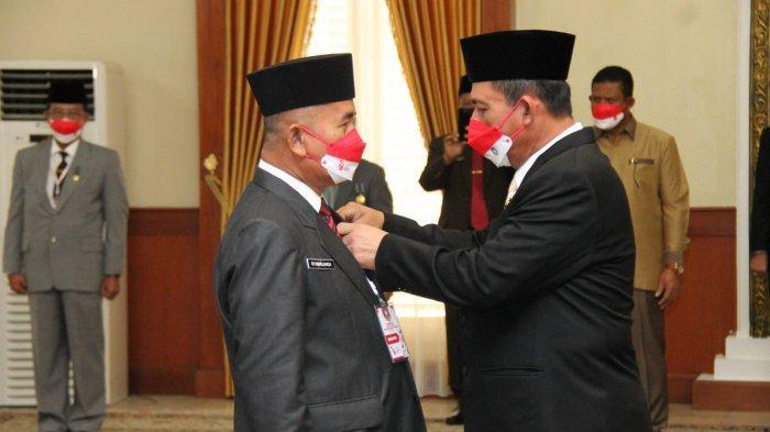 Gubernur Kepri Ansar Ahmad Sematkan Tanda Kehormatan Satyalancana Karya Satya bagi ASN