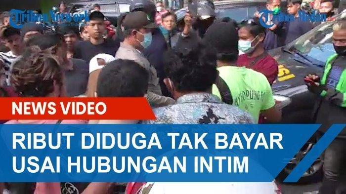 Petugas kepolisian saat akan mengamankan wanita berambut pirang dan seorang pria yang terlibat keributan di depan hotel di kawasan Jalan Brigjen Katamso, Medan Maimun, Jumat (23/7/2021).