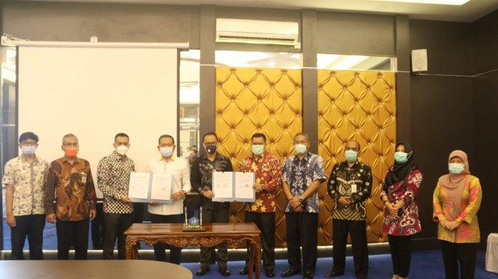KERJASAMA - Penandatanganan Mememorandum of Understanding (MoU) antara Pjs Bupati Bintan Buralimar dengan Universitas Brawijaya di ruang Rapat II Kantor Bupati Bintan, Kamis (5/11/2020).
