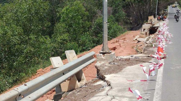 Kerusakan pinggir jalan setelah jembatan Sei Ladi, Kecamatan Sekupang, mulai memperihatinkan. Kerusakan tepatnya berada di kawasan jalan Gajah Mada. Foto beberapa waktu lalu.