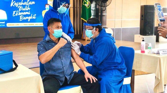 Ketua Apindo Kepri Akhirnya Dapat Vaksin Corona, Dua Kali Gagal Akibat Tensi Darah Tinggi. Foto Ketua Apindo Kepri saat menerima vaksin corona di lantai 4 Pemko Batam, Jumat (29/1/2021).