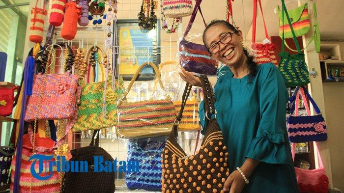 Ibu-ibu Rumah Tangga Ini Impikan Tembesi Pos sebagai Kampung Rajut di Batam