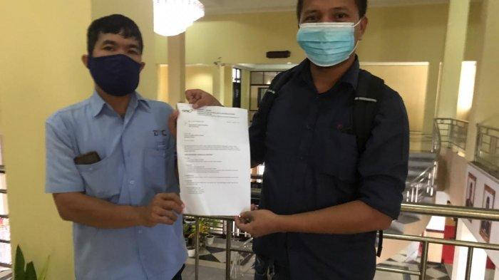 FSPMI BINTAN - Ketua Konsulat Cabang FSPMI Bintan, Andi Sihaloho menunjukkan 9 poin penolakan UU Cipta Kerja di Kantor DPRD Bintan beberapa hari lalu.