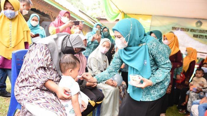 Ketua TP PKK Kepri, Dewi Kumalasari saat memberikan bubur ikan kepada salah satu anak balita di Kabupaten Lingga, Provinsi Kepri.