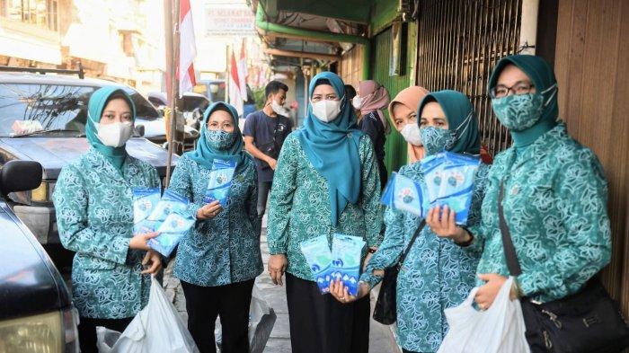 BAGI MASKER - Ketua TP-PKK Provinsi Kepri, Dewi Kumalasari saat membagikan masker di Tanjungpinang, Selasa (10/8/2021).