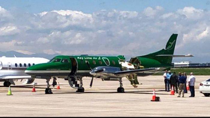 Key Lime Air Metroliner yang mengalami kerusakan parah di bagian ekor akibat bertabrakan dengan pesawat lain di udara, berhasil mendarat dengan selamat di Bandara Centennial, Denver, AS, Rabu (12/5/2021)