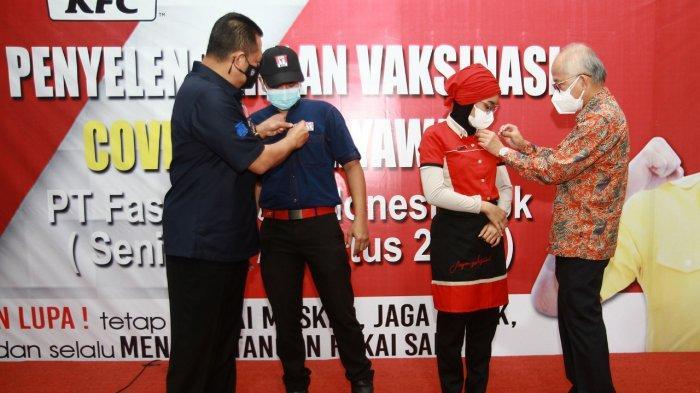 """Penyematan pin """"I'm Vaccinated"""" oleh Bapak Justinus Dalimin Juwono dan Bapak Bambang Soesatyo kepada karyawan gerai KFC Indonesia"""