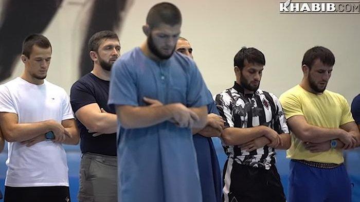 Atlet MMA Khabib Nurmagomedov memimpin salat berjemaah bersama rekan-rekan di sela-sela persiapan menuju UFC 254