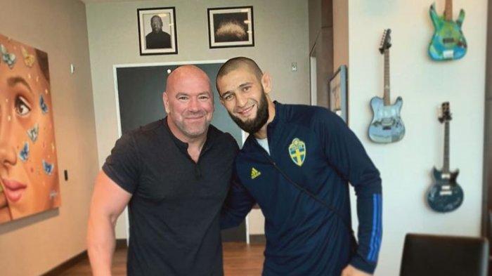 Petarung UFC asal Rusia, Khamzat Chimaev berpose dengan Presiden UFC Dana White