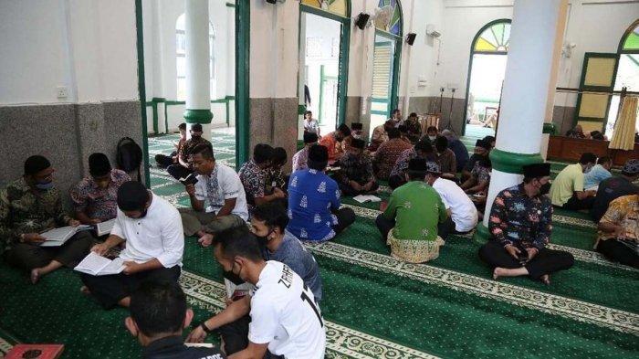Pegawai Negeri Sipil (PNS) dan Pegawai Tidak Tetap (PTT) Pemkab Anambas gelar khatam Al-Quran di Masjid Jamik Baiturrahim, Kecamatan Siantan, Kabupaten Kepulauan Anambas, Provinsi Kepri.