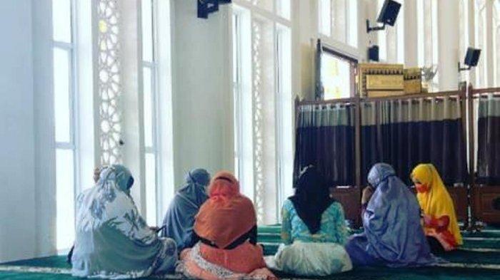 Para Aparatur Sipil Negara dan Pegawai Tidak Tetap yang hadir dalam kegiatan khataman Qur'an di Masjid Agung Baitul Ma'mur Anambas.