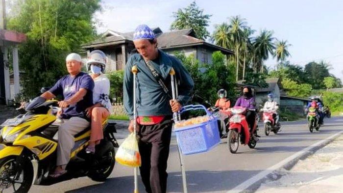 Kisah Hidup Mustafa, Keterbatasan Fisik Tak Halangi Jualan Keripik Keliling Natuna