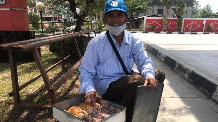 Ilias menjajakan roti di salah satu SPBU di Bintan.