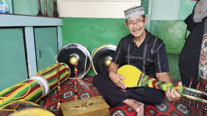 Kakek Jakarta atau Tok Ta, seorang perajin alat kesenian tradisi Melayu di Desa Kote, Kecamatan Singkep Pesisir, Kabupaten Lingga, Provinsi Kepri.