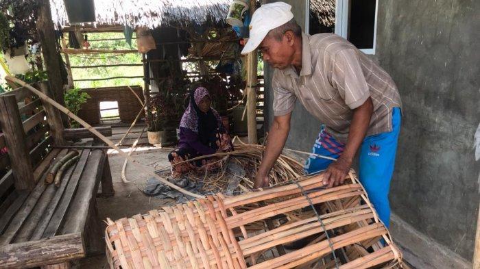 Foto Sunuk dan istrinya, Salma membuat keranjang rotan di rumahnya  di Jalan Karang Rejo di Kelurahan Kawal, Kecamatan Gunung Kijang, Kabupaten Bintan, Provinsi Kepri, Senin (19/4/2021).
