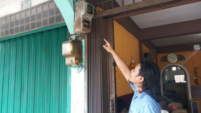 Seorang pelanggan PLN di Karimun melihat meteran listrik