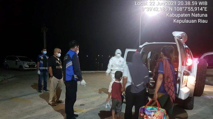 Satgas Penanganan Covid-19 Kabupaten Natuna mengevakuasi penumpang Sabuk Nusantara yang positif Covid-19, di Pelabuhan Selat Lampa, Kecamatan Pulau Tiga, Kabupaten Natuna, Kepri, Selasa (22/6/2021) malam.