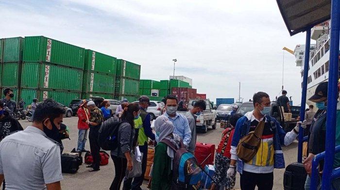 Penumpang KM Umsini saat turun di Pelabuhan Batu Ampar Batam, Selasa (16/3/2021).