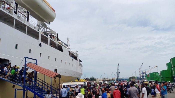 KM Umsini Turunkan 237 Penumpang di Pelabuhan Batu Ampar Batam Sebelum Docking Tahunan