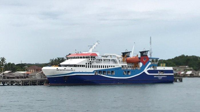KMP Bahtera Nusantara - KMP Bahtera Nusantara 01 sandar di pelabuhan di Tanjunguban, Bintan.
