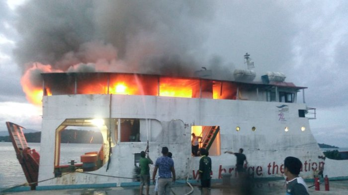 Foto-foto Kebakaran Hebat KMP Paray Hebohkan Lingga, Sekda Lintang Pukang Kroscek ke Dishub!