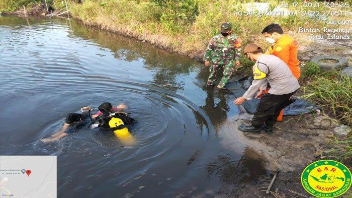 Tim sar gabungan saat mengevakuasi bocah 10 tahun korban tenggelam di kolam bekas galian pasir di Desa Toapaya, Kabupaten Bintan, Kepri, Sabtu (17/7).