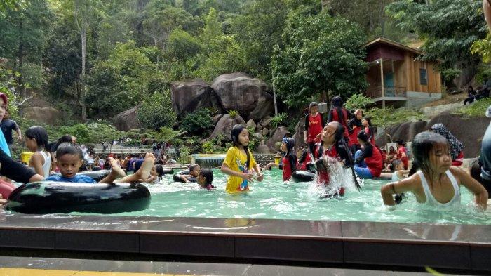 Ratusan warga Karimun sekitarnya memanfaatkan waktu libur ke kolam renang Tamara, Desa Pongkar, Kecamatan Tebing, Senin (12/12/2016)