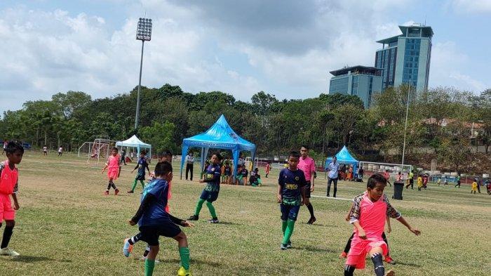 Kompetisi antar Sekolah Sepak Bola (SSB) se-Kota Batam yang digelar di Stadion Temenggung Abdul Jamal, Sabtu (20/3/2021) lalu. Kompetisi ini merupakan turnamen untuk pesepak bola dengan kelompok umur 11 dan 13 tahun (U-11&U-13).