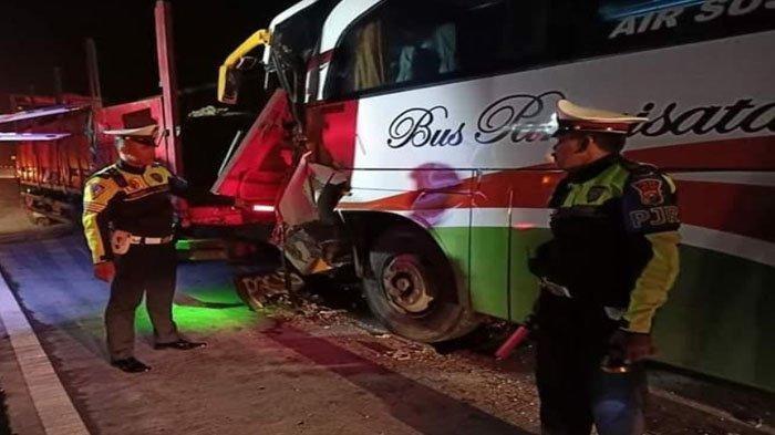 Bus Pariwisata Bawa 50 Orang Tabrak Pantat Truk, Sopir dan Kernet Truk Terjepit Hingga Patah Tulang