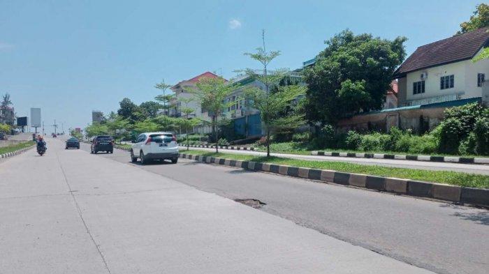 Kondisi Jalan Laksamana Bintan, Kecamatan Batam Kota, Kota Batam, Provinsi Kepri tampak di beberapa titik berlubang dan retak, Minggu (18/4/2021).