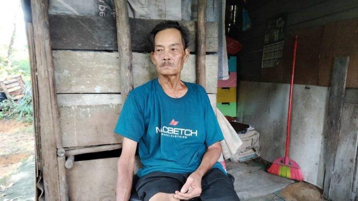 Kondisi Kasiman (70) tampak lemah duduk di kursi teras rumahnya yang beralas tanah, Selasa, (1/6/2021).