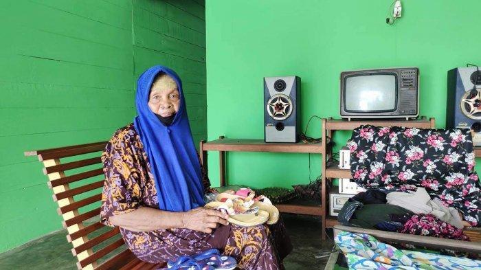 Warga Kampung Damnah Setajam, Kelurahan Dabo, Kecamatan Singkep, Kabupaten Lingga, Yatimah saat di kediamannya, Kamis (5/5/2021).